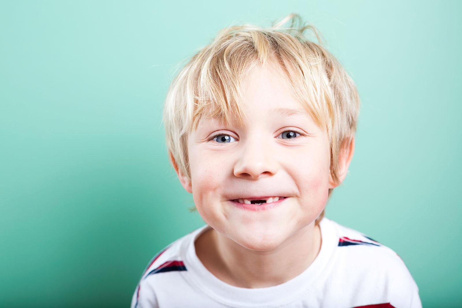 junge-mit-zahnluecke