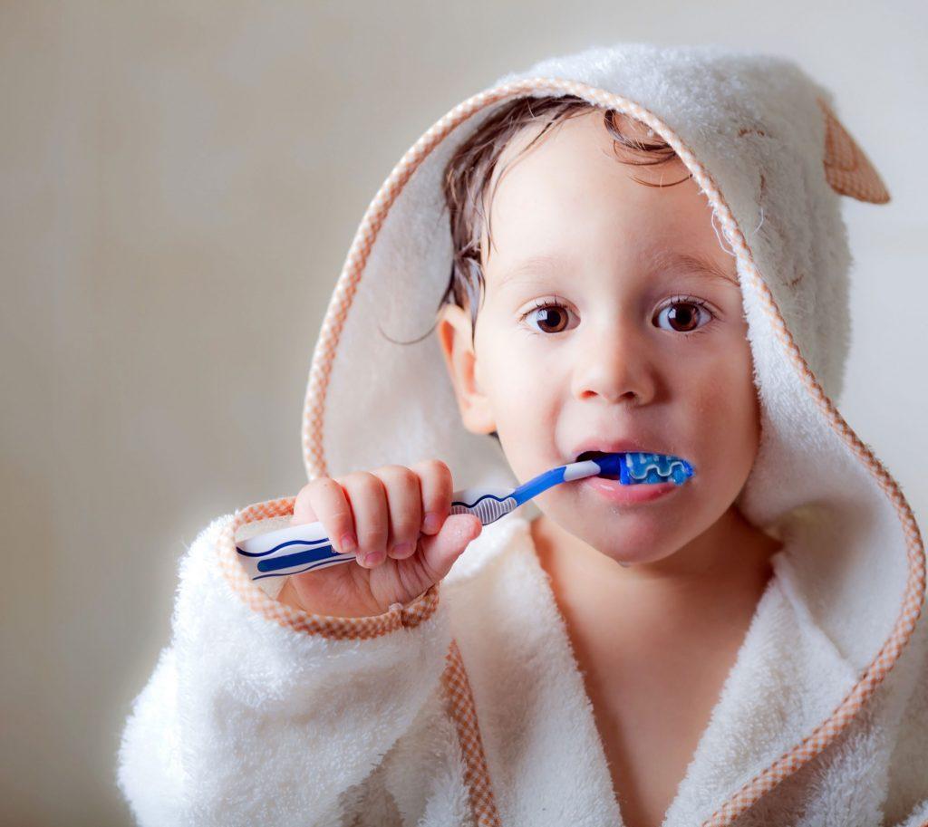 Zähneputzen bei Kleinkindern läuft nicht immer entspannt ab.